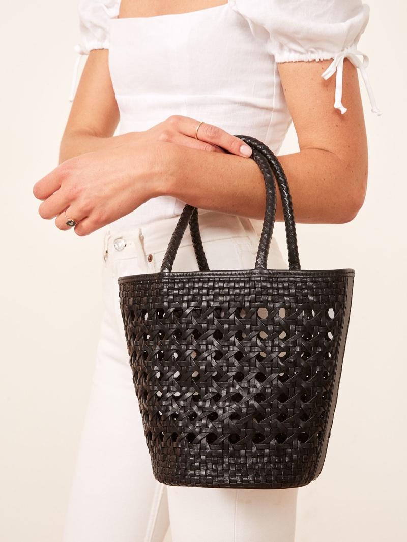 """Malý kožený """"kyblíček"""" vyrobený vyčiněné kůže je skvělou alternativou  klasické kabelky. Využijete jej na pláž stejně jako do města. 4d92fa95cf4"""