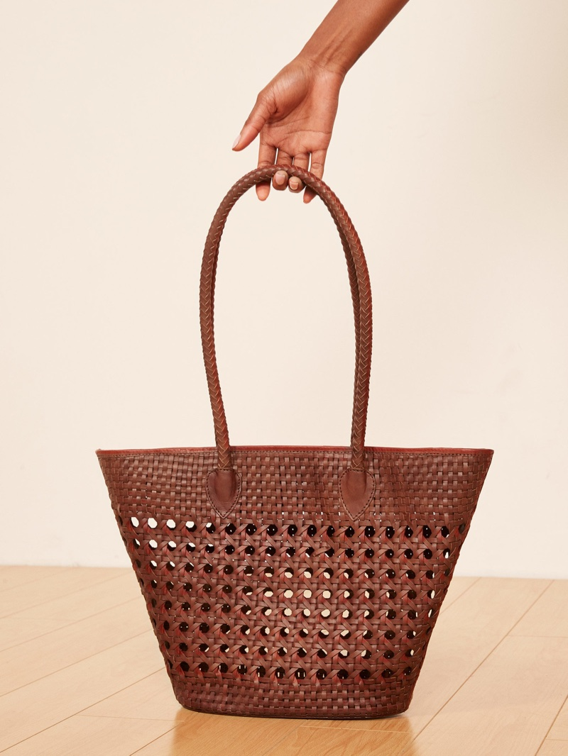 Pletená kůže v čokoládovém odstínu dodává kabelce eleganci a styl. Navíc se  do ní vejde snad vše potřebné. 9e94a2de0a3